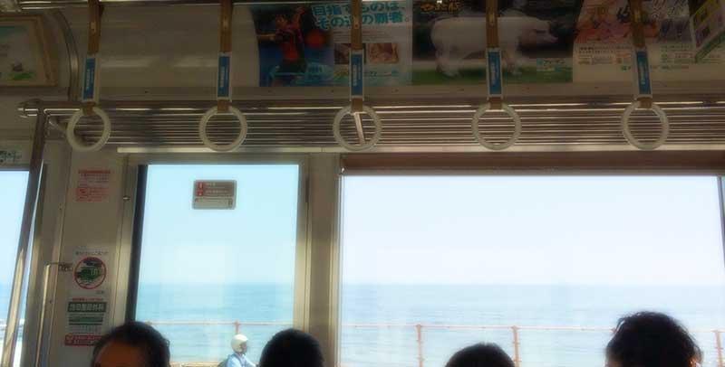 江ノ電の車窓から海を眺めながら
