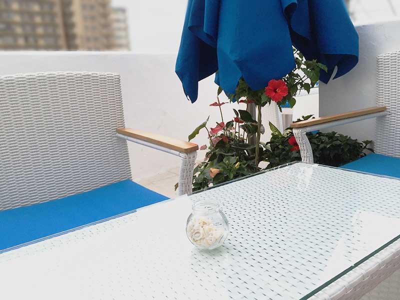 白と青の素敵なテラス席