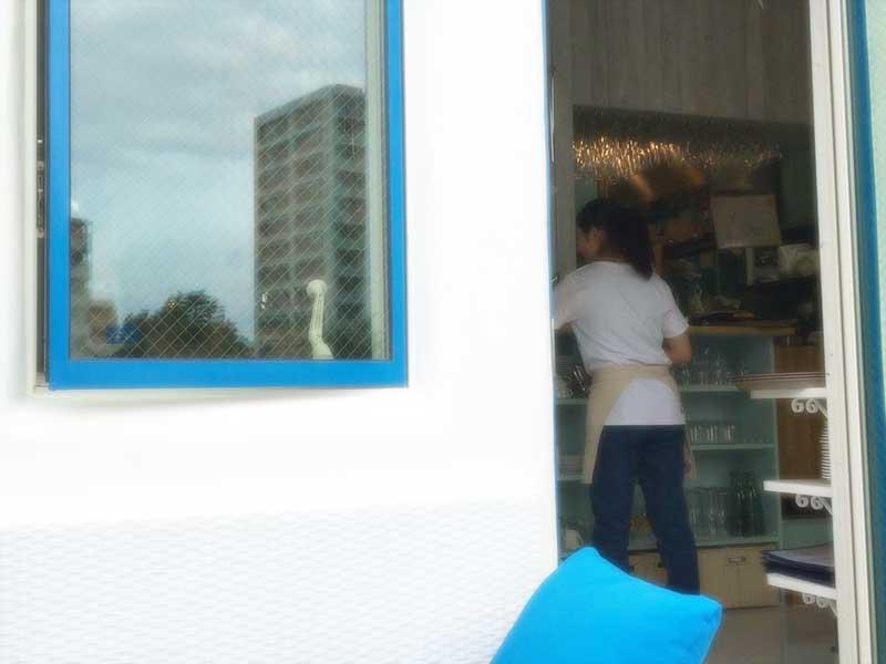 窓枠もドア枠も鮮やかなブルー