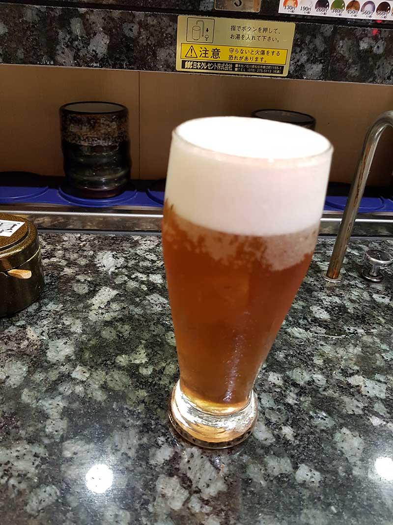 まずはビールでキュッと喉を潤して