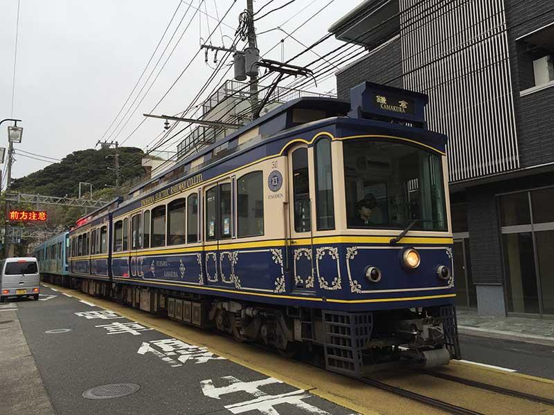 こんな珍しいカラーの江ノ電も走っています