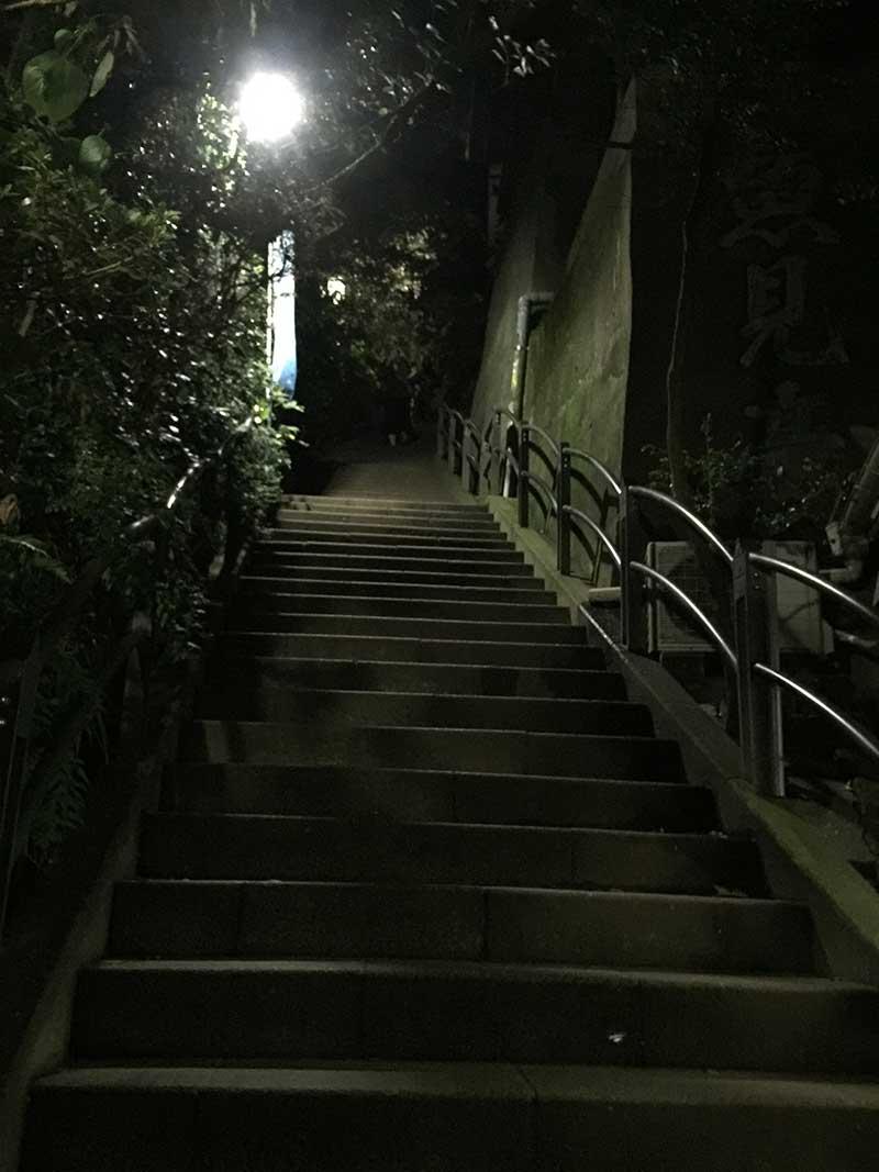 街灯も暗く危険です