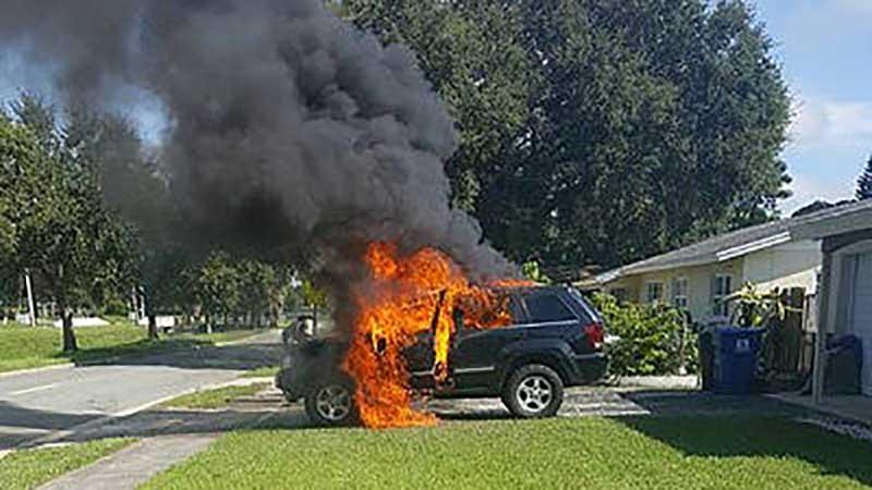 ジープが炎上
