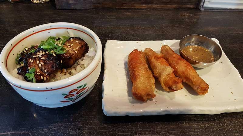 ランチセットはミニ丼と鶏皮餃子3個がセット