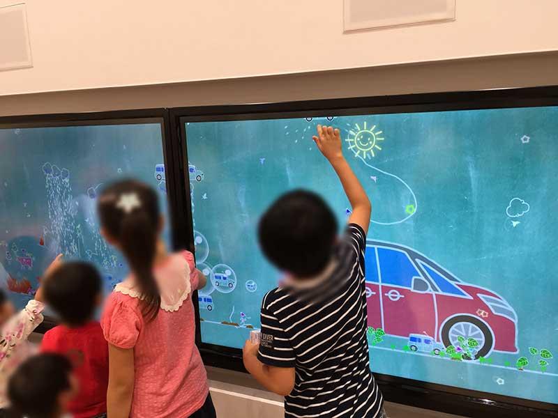 子供が触って遊べる映像コーナー