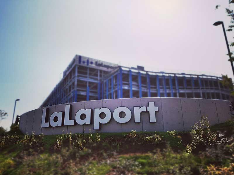 英語で「LaLaport」