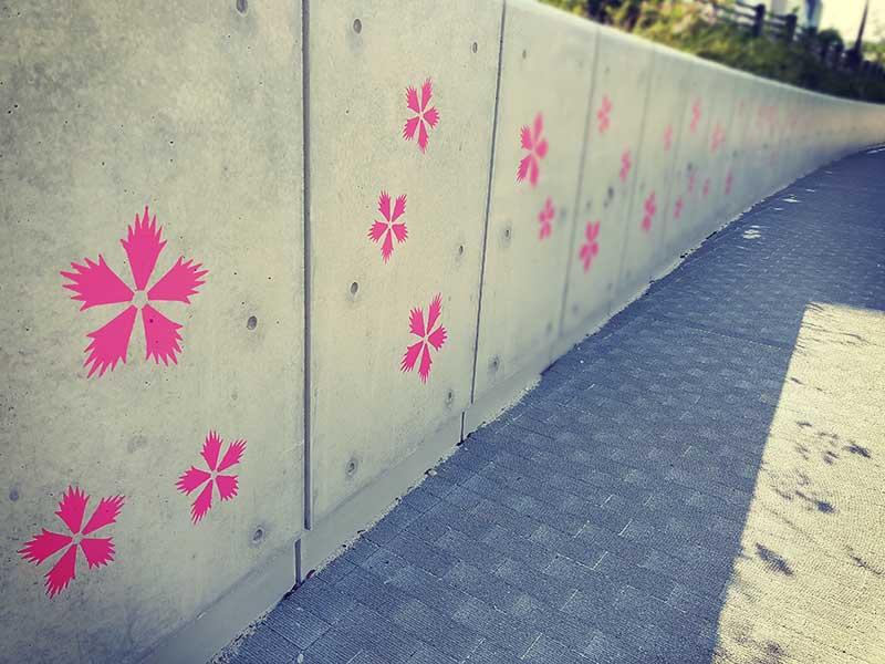 かわいい桜模様の壁が続きます