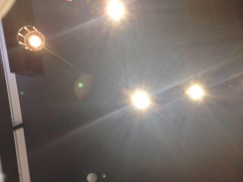 天井の照明もギラギラ落ち着かない