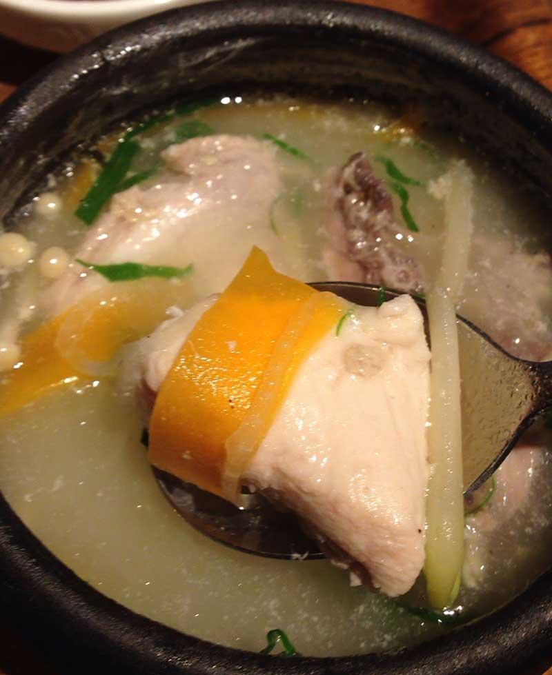 小鍋の中に鶏肉がぎっしり詰まっています