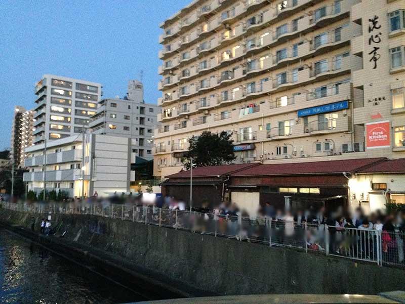 駅前の川沿いも大混雑