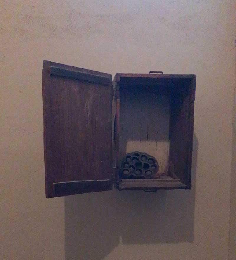 トイレの蜂の巣状のオブジェ