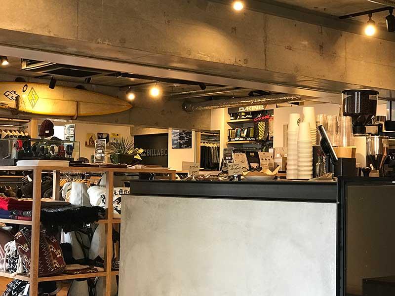 コーヒースタンドの向かいはサーフショップ