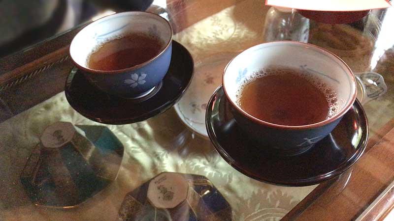寒い日だったので温かい焙茶がサービス