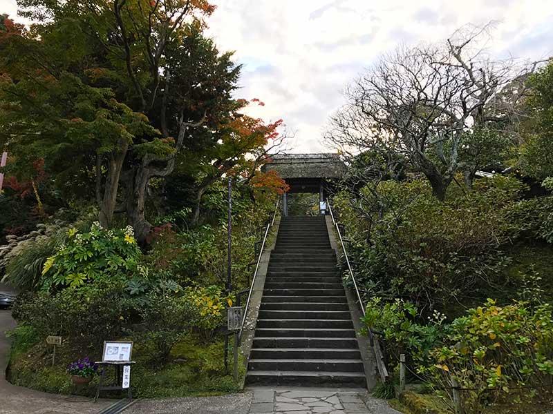 東慶寺の山門へ続く階段