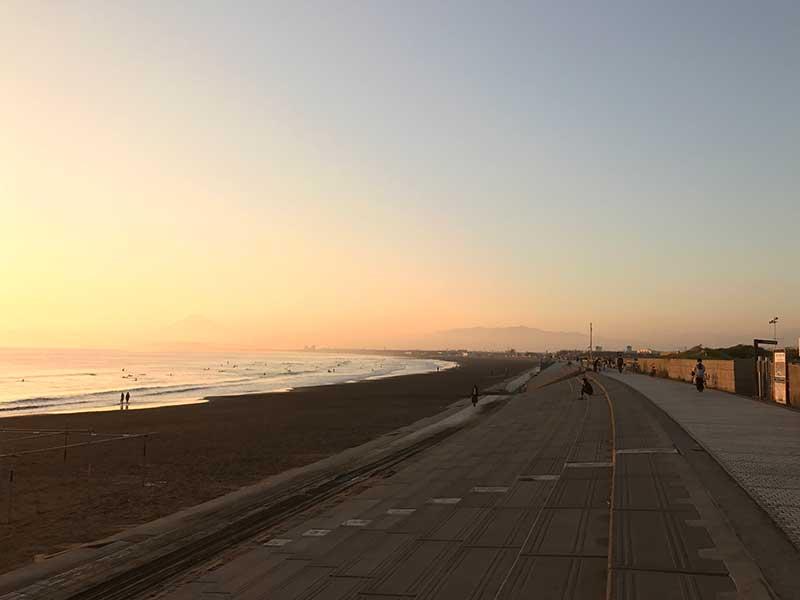 秋の海は人もまばらで空いています