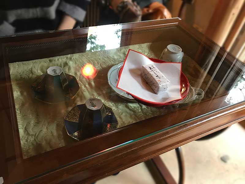 器のショーケースになっているテーブル