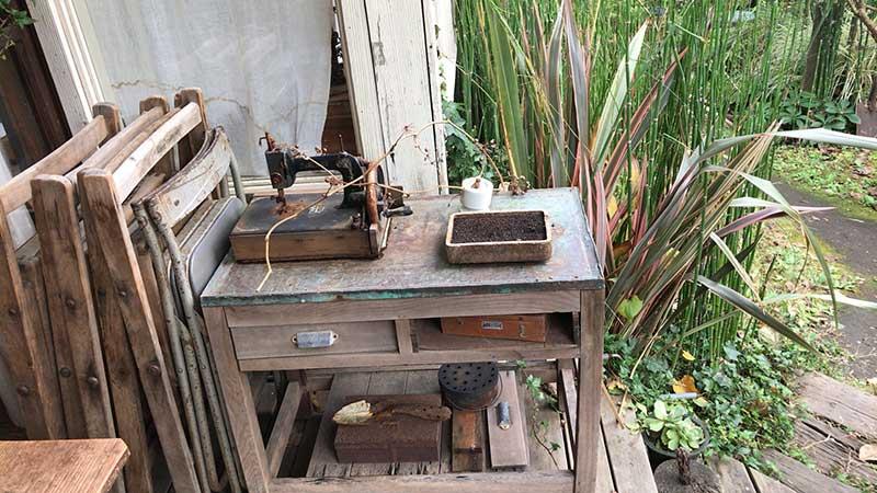 古いミシンと机
