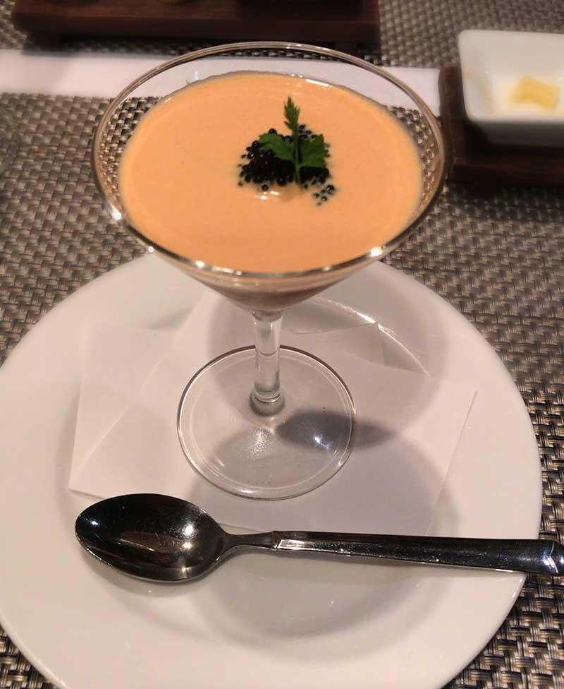 ずわい蟹の入ったオマールコンソメゼリー トマトのクリームソース