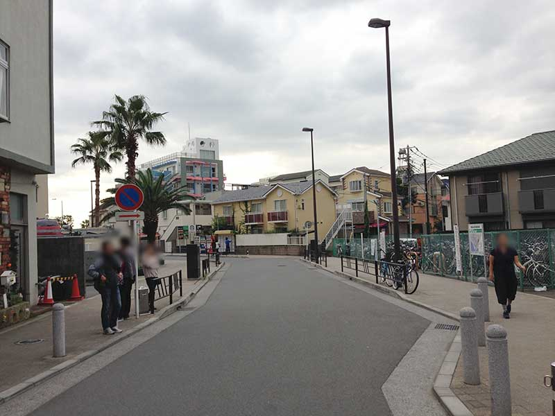 新江ノ島水族館へ続く道