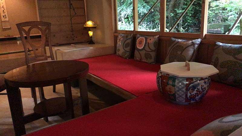 赤い縁台風の椅子