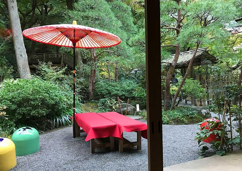 外にはお茶処感たっぷりの赤い縁台が