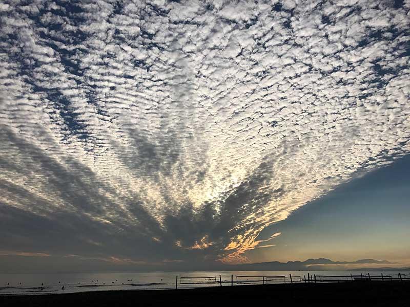 放射状に広がる巨大なうろこ雲