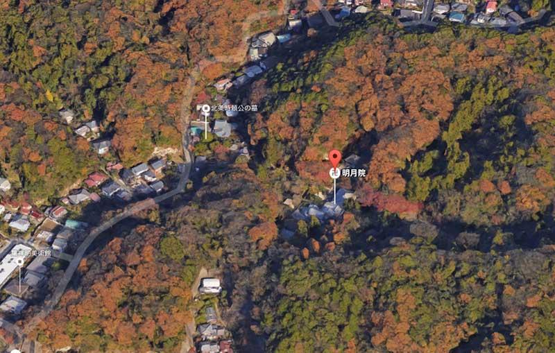 山々に囲まれた明月院は実は紅葉の名所