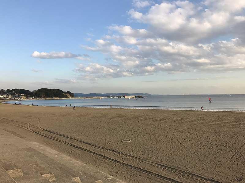 昼下がりのゆるやかな浜辺