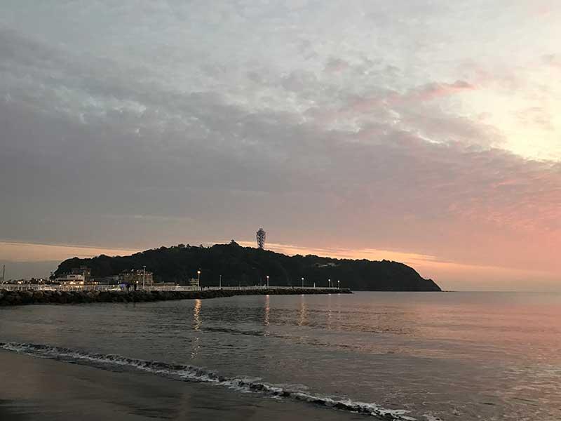 江ノ島も夕焼けに染まります