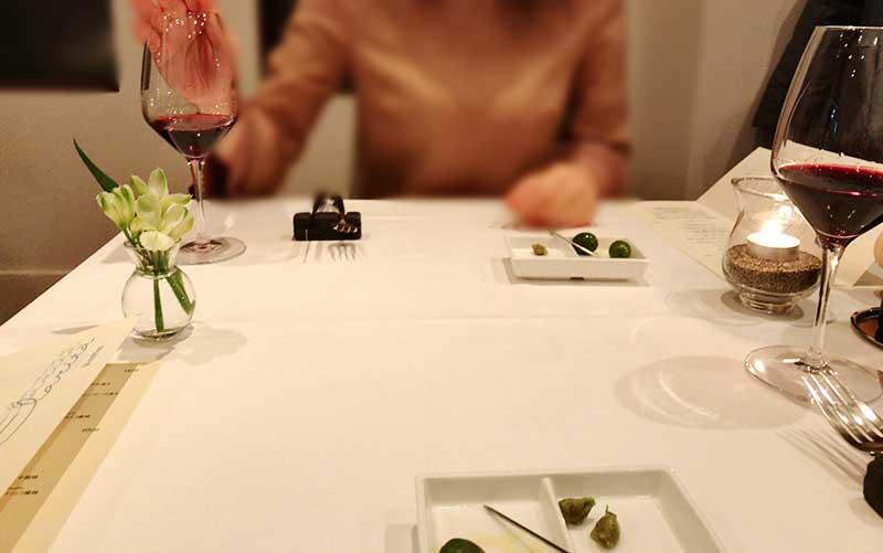 ワインとオリーブで優雅なディナーの開始です