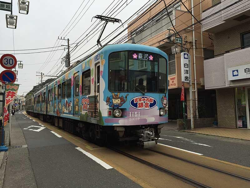 商店街の真ん中を路面電車が通ります