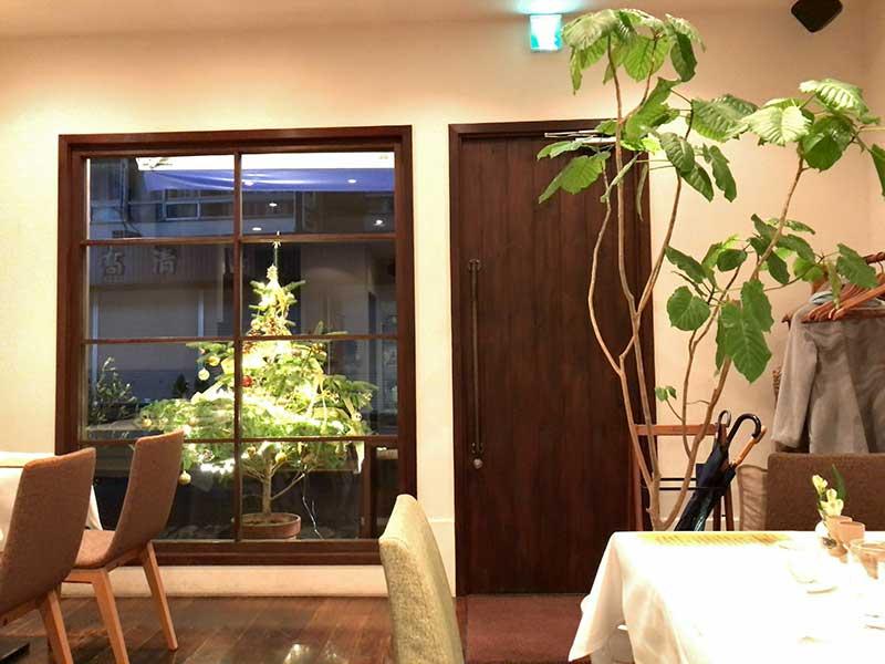 窓にはクリスマスツリーが飾ってあります