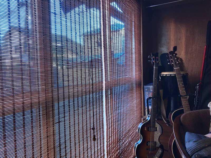 ギターやベースなど各種楽器が無造作に置かれています