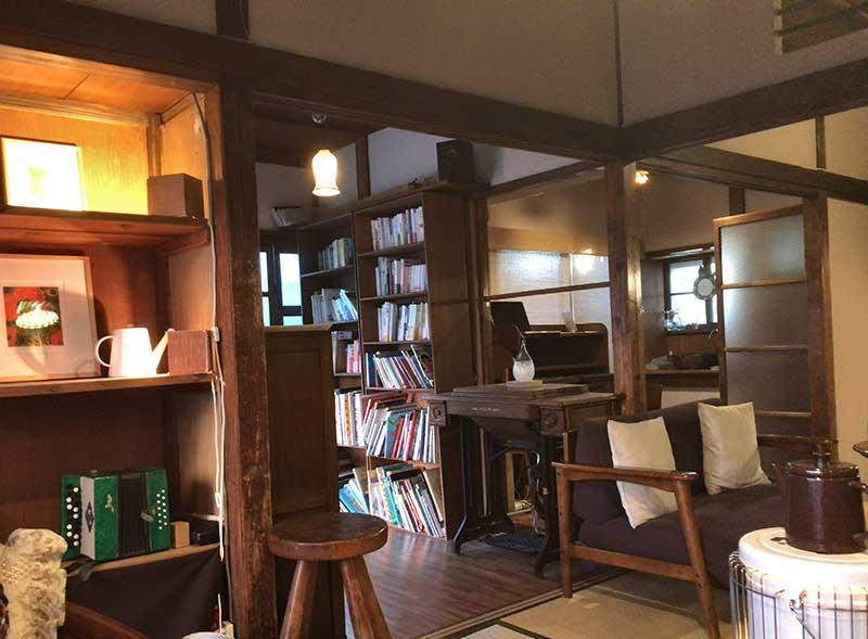 本棚や押入れチックな棚があります