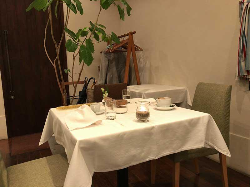 白いクロスのテーブル席