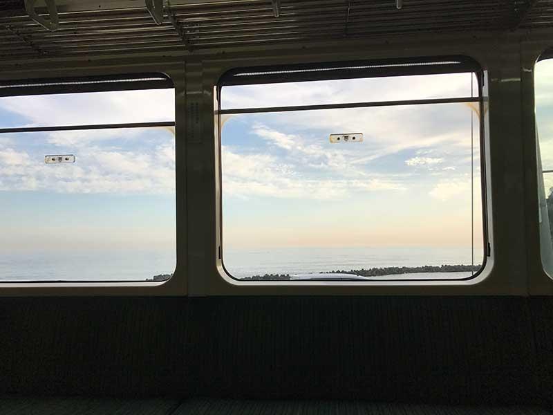 海沿いを走る江ノ電からの眺め