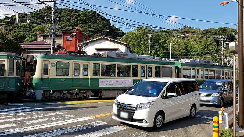 街中を車と並行して走る江ノ電