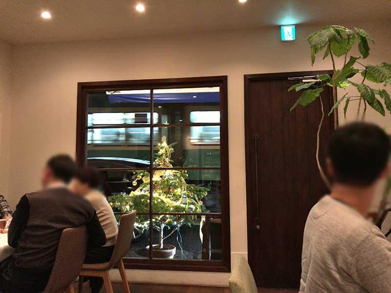 お店のすぐ目の前を江ノ電が通ります