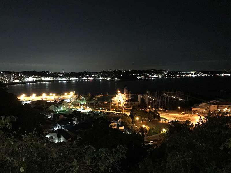眼下に広がる江ノ島の夜景