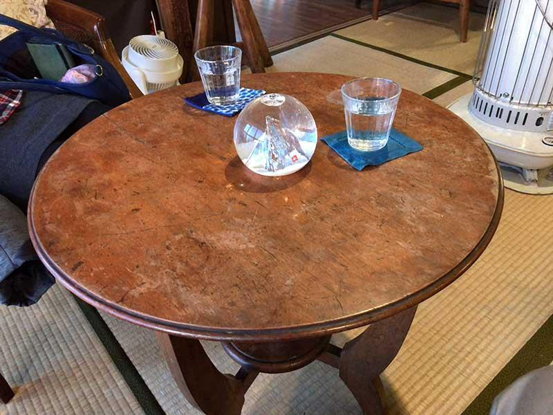 窓際の二人掛けのちゃぶ台テーブル