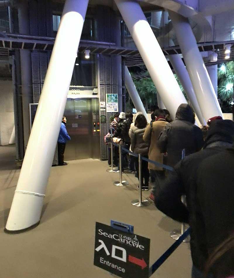展望フロアーへ昇るエレベーター前まで行列は続きます