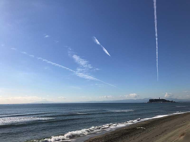 スッとのびた飛行機雲