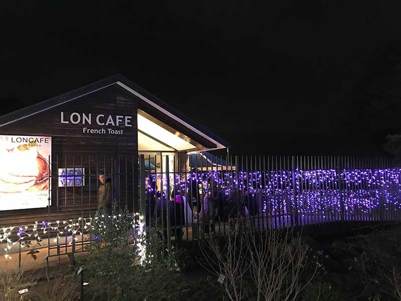 フレンチトーストで有名なLONCAFEも光に包まれて