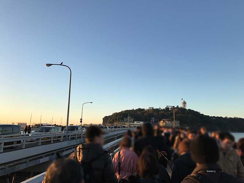 江ノ島に渡る橋は大混雑で身動き取れません