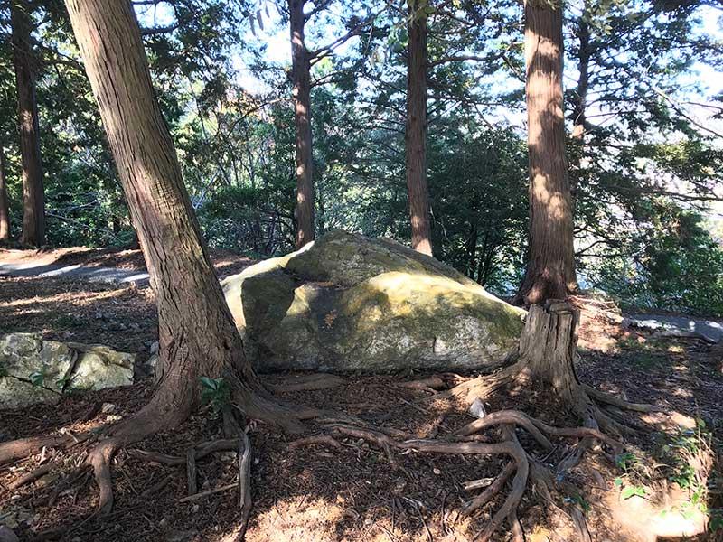 巨石がズンと鎮座しています