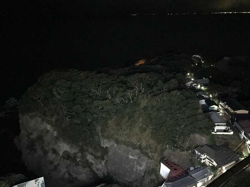 あれは江ノ島の裏側にある断崖絶壁です
