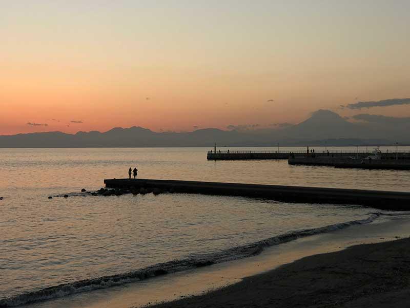 沈む夕日と富士山を眺めながら