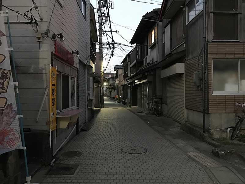 対照的に暗く静かな路地裏