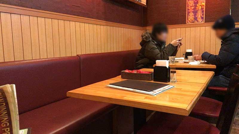 清潔感あるテーブル席