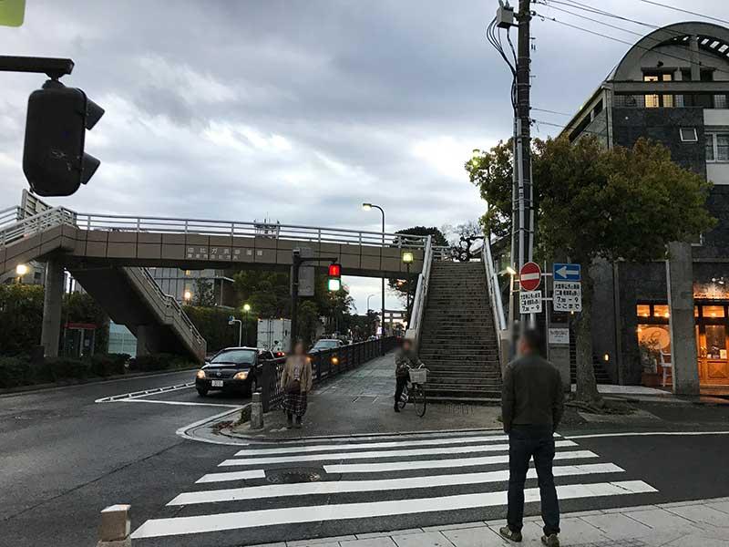 歩道橋が目印